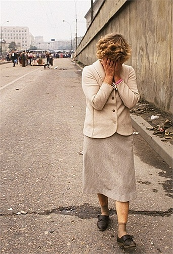 Người phụ nữ bật khóc trên con phố của thủ đô Matxcơva