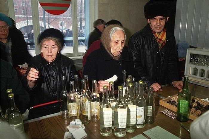 Những người phụ nữ đem vỏ chai đến đổi tiền ở điểm thu mua phế liệu