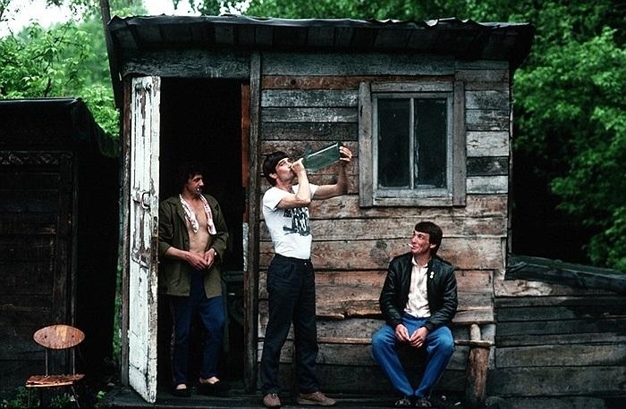 Những người đàn ông Siberia đứng bên ngoài căn lều ở Novokuznetsk