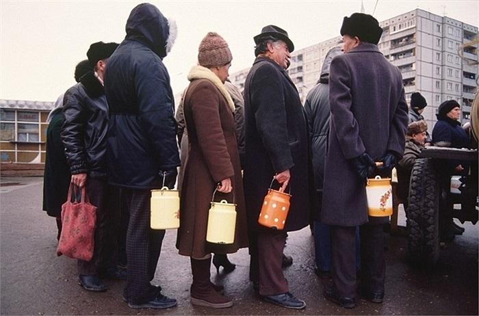Mang cặp lồng đi mua đồ ăn ở Tula, tháng 11/1991