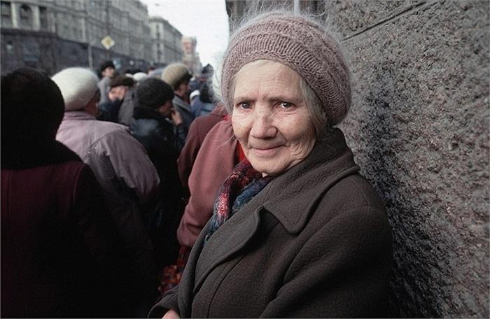 Người phụ nữ trong hàng người chờ đợi thực phẩm ở thủ đô Matxcơva