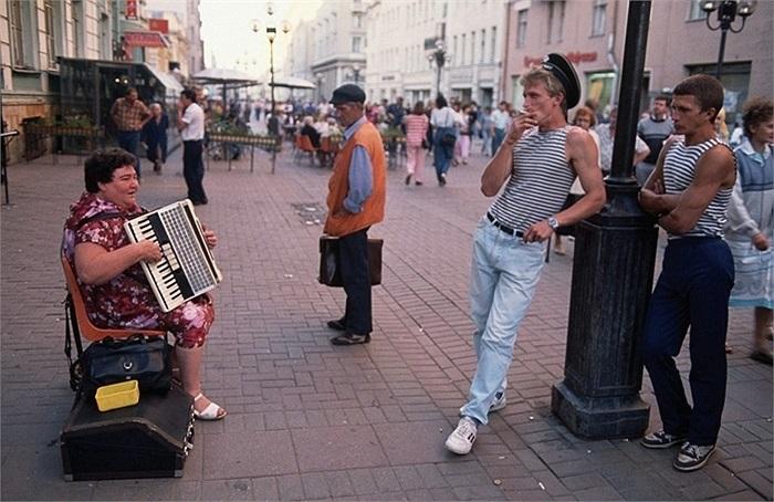 Người phụ nữ chơi accordion trên phố Arbat, Matxcơva