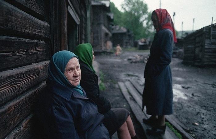 Những người phụ nữ Siberia bên ngoài hầm mỏ và nhà máy sản xuất thép ở Novokuznetsk