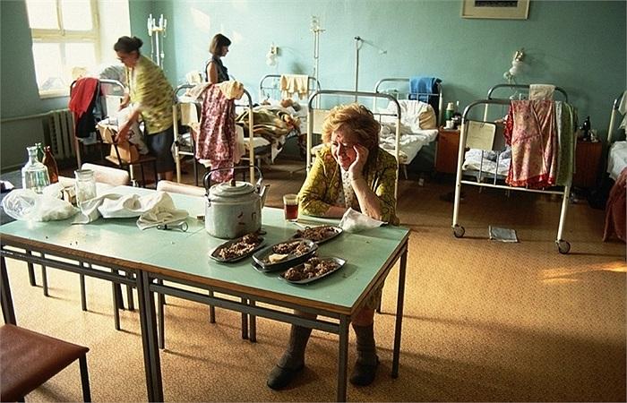 Bệnh nhân và suất ăn trong viện của mình ở Matxcơva tháng 7/1991