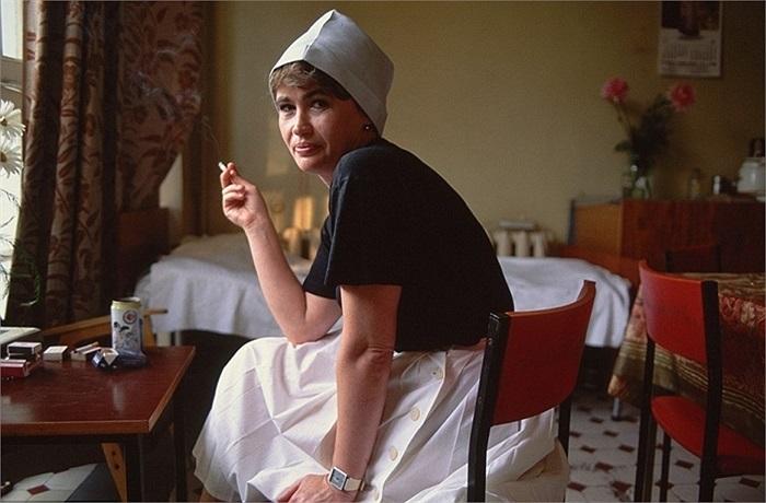 Nữ y tá Ludmilla Subocheva hút thuốc trong phòng ăn của bệnh viện