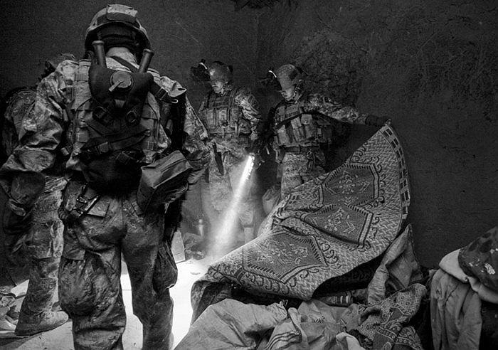 Giải nhất cuộc thi là bức ảnh tuần tra đêm của các binh sĩ Mỹ ở Trung Đông
