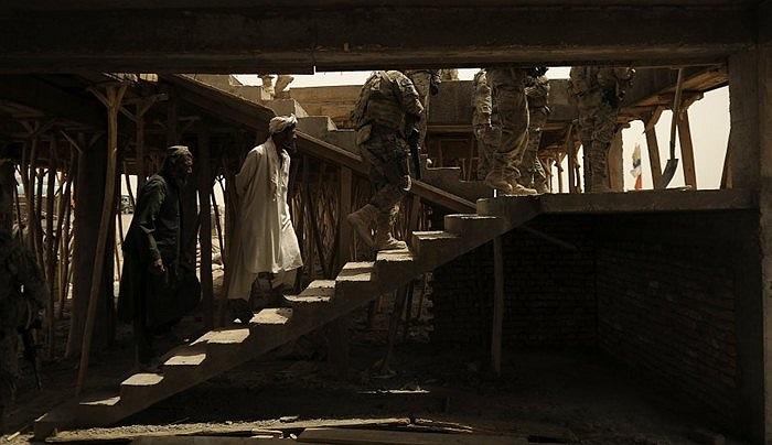Giải nhì thuộc về bức ảnh của quân đội Mỹ đi tuần tra cùng người dân địa phương ở Afghanistan
