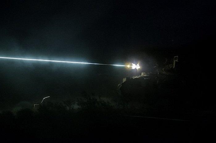 Xe tăng khai hỏa trong đêm