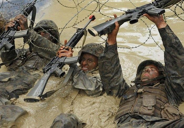Các binh sĩ luyện tập trong bùn lầy và dây thép gai