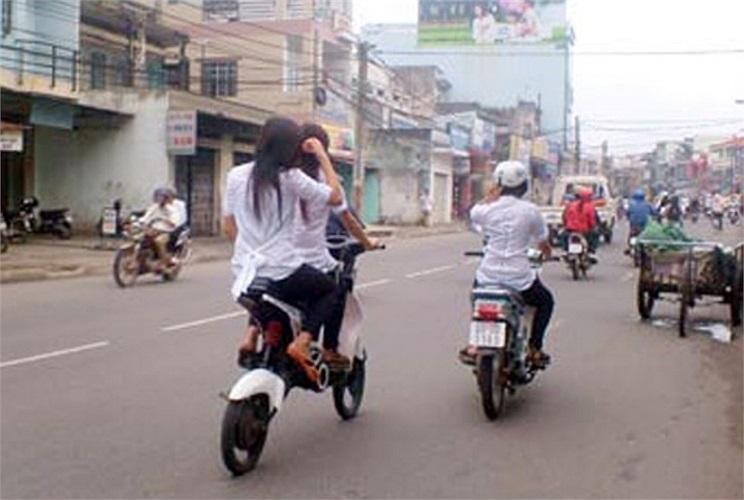Yên xe đạp nâng lên cao, gây nguy hiểm khi lưu thông (Ảnh: Báo Đồng Nai)