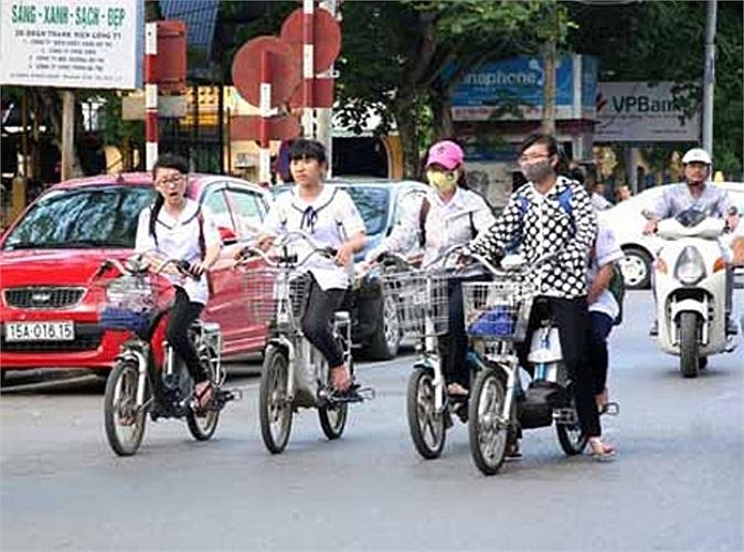 Học sinh đi xe đạp điện dàn hàng bốn trên phố Trần Phú, TP.Hải Phòng (Ảnh: Báo Hải Phòng)