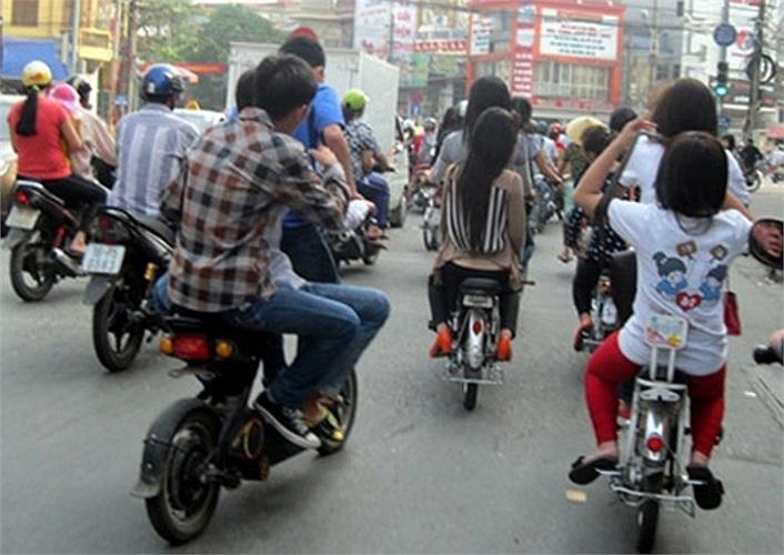 Số lượng xe đạp điện tăng nhanh mỗi ngày, nhưng hầu hết người ngồi trên xe đạp điện không đội MBH-  (Ảnh: TNO)