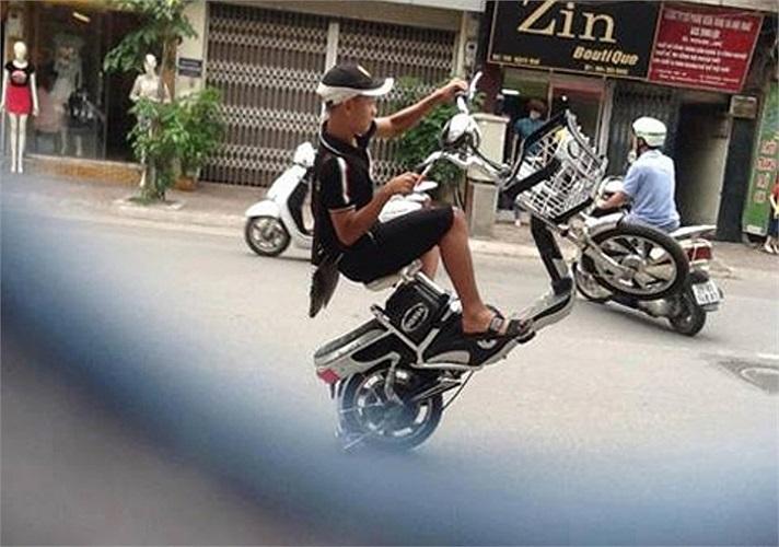 Làm xiếc với xe đạp điện trên đường phố