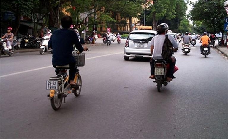 Ngang nhiên đeo biển xe máy 29 S2 -1998 trên phố Trần Hưng Đạo, Hà Nội (Ảnh: kiến thức).