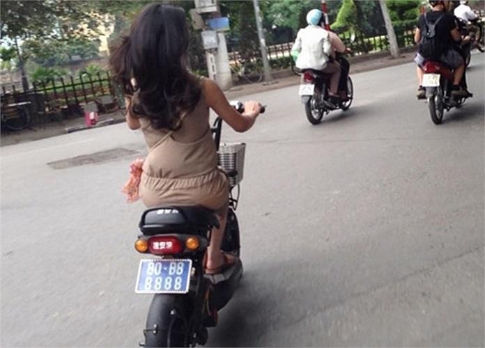 Cô gái đi xe đạp điện đeo biển số 'khủng' 80B-8888 (toàn phát) đoạn gần Văn Miếu, Hà Nội - (Ảnh: ANTĐ)