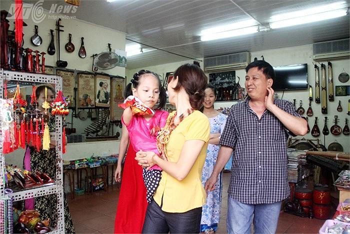 Nhiều chủ tiệm lưu niệm còn mời Linh Chi vào gian hàng để hỏi thăm và tặng em những món quà nhỏ