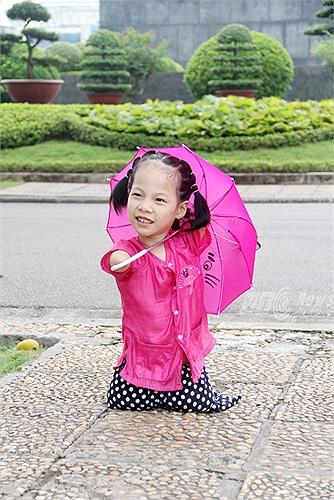 Cô bé này cũng rất thích thú khi lần đầu tiên được về thăm Lăng Bác