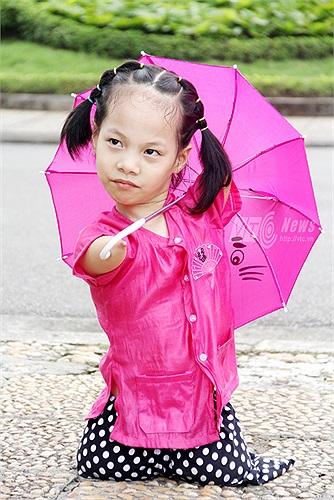 Linh Chi cũng rất tinh nghịch khi tạo dáng cùng chiếc ô màu hồng bên Lăng Bác (Ảnh: Phạm Thịnh)