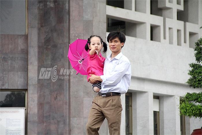 Sau khi thăm Bảo tàng Hồ Chí Minh, cả gia đình đi thăm di tích Nhà sàn và Ao cá Bác Hồ