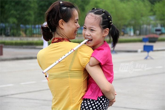 Cô bé rất sung sướng vì được xuống Hà Nội thăm Lăng Bác trong dịp này