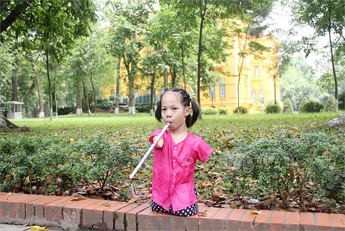 Cô bé cũng rất thích thú khi được chụp ảnh trước Phủ Chủ tịch