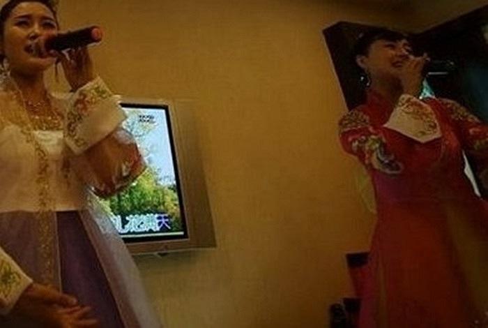 Những nữ nhân viên Triều Tiên xinh đẹp ca hát