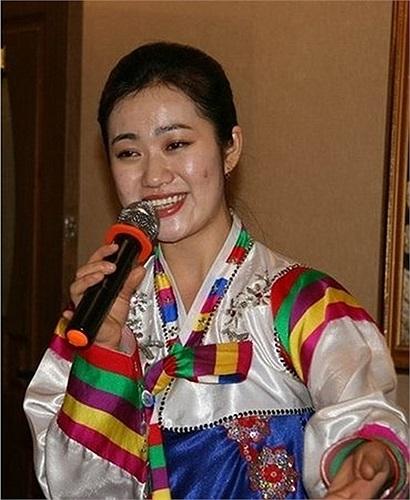 Nữ nhân viên Triều Tiên ca hát cho khách nghe