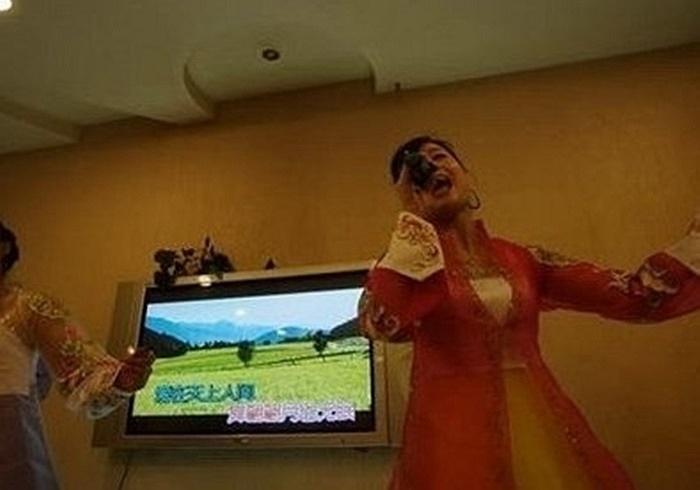 Ngoài việc được thưởng thức những món ăn truyền thống của Triều Tiên, khách hàng còn được nghe các nhân viên ca hát, nhảy múa