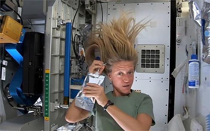 Nữ phi hành gia Karen Nyberg khổ sở gội đầu trong môi trường không trọng lực