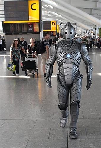 Cyberman xuất hiện trong một sân bay ở London