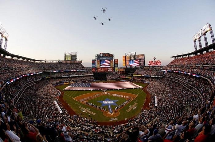 Trực thăng bay lượn mở màn cho giải bóng chày ở New York