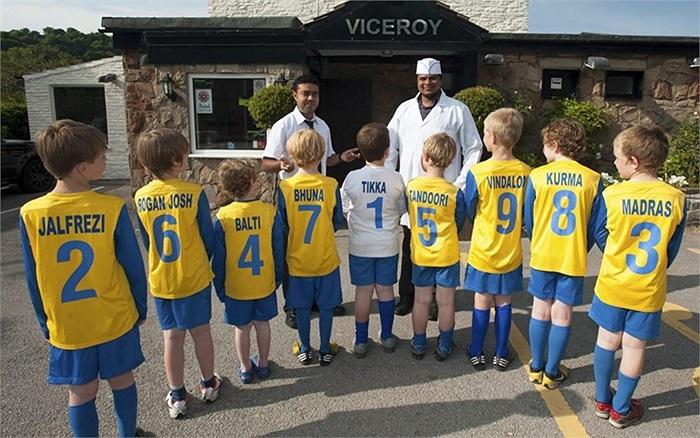 Các cầu thủ nhí ở câu lạc bộ bóng đá Bollington, Anh chụp hình với nhà tài trợ mới