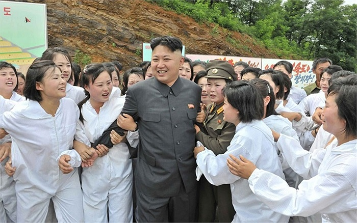 Nhà lãnh đạo Kim Jong-Un được các nữ nhân viên vây quanh trong chuyến thăm một trang trại ở Triều Tiên