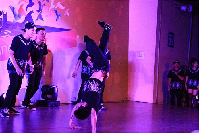 Tiết mục nhảy High high của nhóm nhảy SINE  đồng thời là khách mời chương trình đã thu hút sự chú ý của toàn thể khán giả