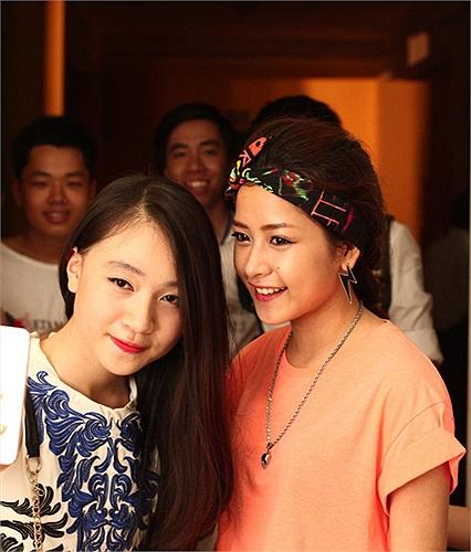 Trong đêm tiệc cuối năm, nhà trường còn tổ chức chung kết chương trình tài năng học sinh toàn trường. Trong đó, hotgirl xinh đẹp Chi Pu là một thành viên ban giám khảo