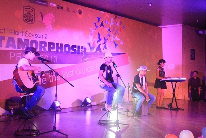 Ban nhạc của Đặng Hoàng Tùng tuy chỉ có 3 thành viên nhỏ tuổi nhưng đã thể hiện được khả năng chơi nhạc cụ piano và guitar rất thành thạo, hòa quyện với giọng nam chính trong ca khúc I'm yours.