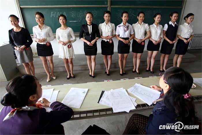 Các cô gái đợi đến lượt phỏng vấn