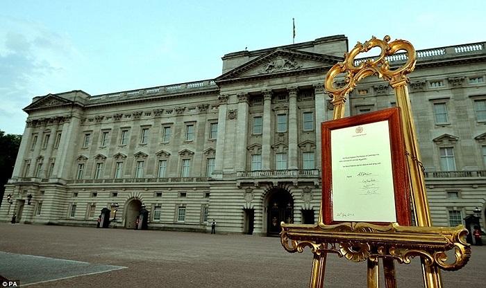 Tấm biển trước Cung điện Buckingham công bố thông tin về Hoàng tử mới chào đời ở bệnh viện St Mary, London