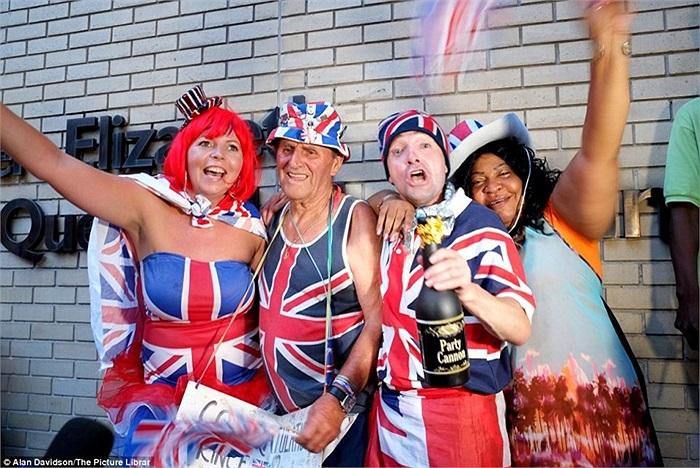 Người dân mặc áo hình quốc kỳ Anh với mong ước tốt đẹp cho Hoàng tử mới trước bệnh viện St Mary ở Paddington, London