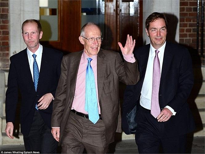 3 bác sĩ Thorpe-Beeston, Marcus Setchel và Alan Farthing chính bước ra ngoài khoa sản Lindo Wing ở bệnh viện St Mary