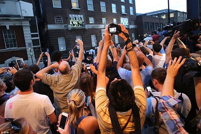 Người dân chụp ảnh bên ngoài bệnh viện