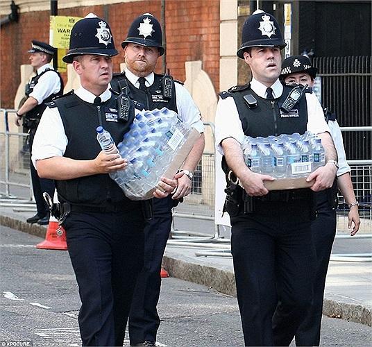 Cảnh sát mang theo nước uống để tiếp tục công việc của mình