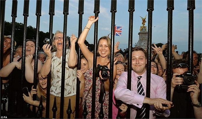 Đám đông chờ đợi thư ký riêng Ailsa Anderson của Nữ hoàng công bố thông tin