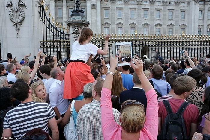 Tìm góc chụp bảng thông tin tốt nhất bên ngoài Cung điện Buckingham