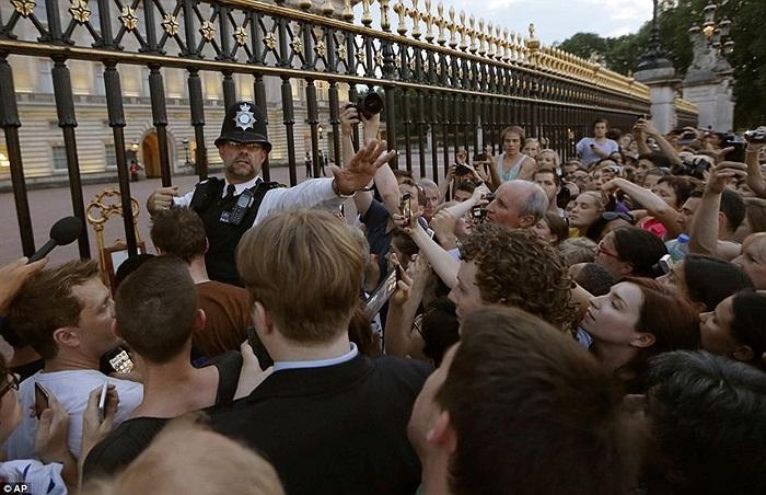 Cảnh sát ngăn chặn đám đông trèo hàng rào vào bên trong Cung điện chụp ảnh