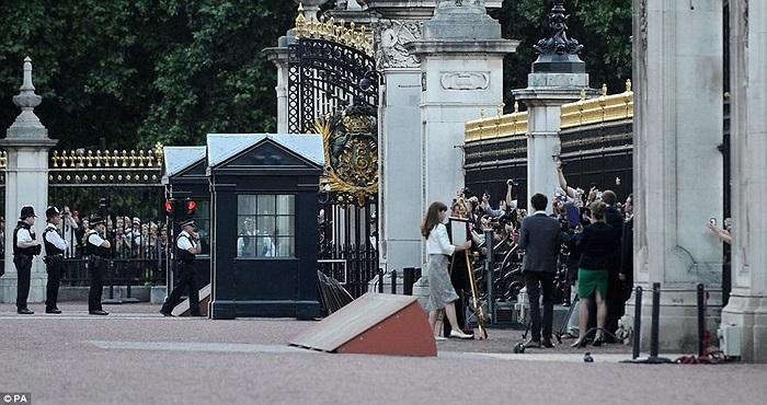 Ngay lập tức, những người hâm mộ gia đình Hoàng gia tiến sát lại để chụp ảnh