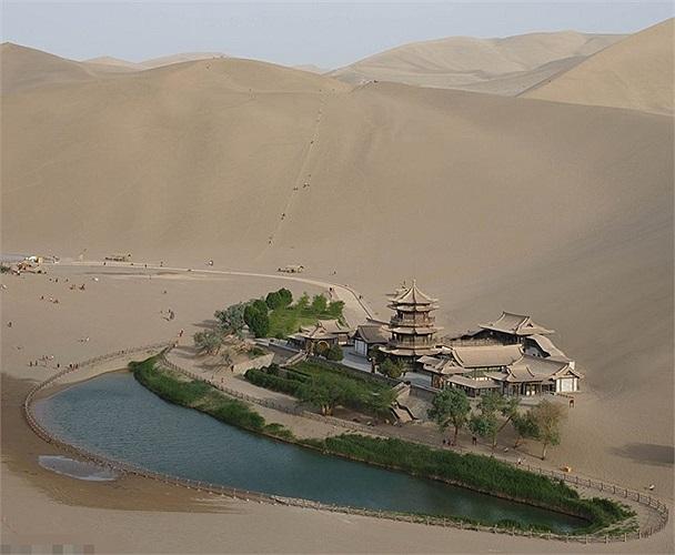 Ốc đảo là hồ bán nguyệt Yueyaquan nằm ở Đôn Hoàng, phía Tây Bắc của Trung Quốc bị vây quanh bởi các cồn cát khổng lồ