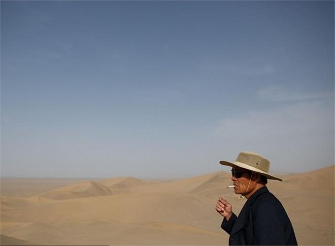 Xung quanh khu hồ nước bé nhỏ này hoàn toàn là sa mạc khô cằn