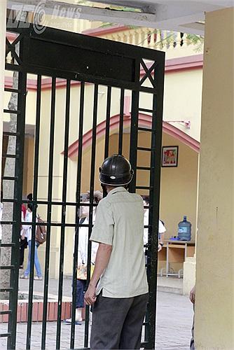 Nhiều sĩ tử quên chứng minh thư nhân dân được phụ huynh về lấy đem tới tận cổng trường