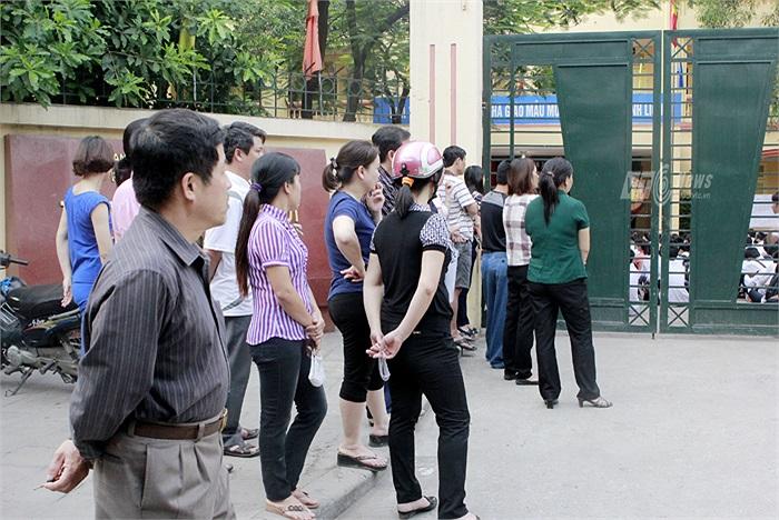 Con đã vào trường thi nhưng cha mẹ vẫn không rời mắt khỏi cánh cổng trường.